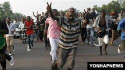 지난해 대선과 총선이 동시에 치러진 콩고민주공화국의 수도 킨샤사 거리에 운집한 유권자들(자료사진)