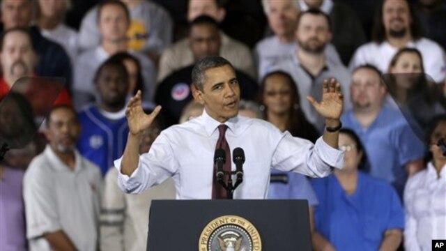 Tổng thống Obama nói chuyện với các công nhân về tình hình kinh tế trong khi đến thăm nhà máy Daimier Detroit Diesel ở Redford, Michigan, 10/12/12