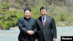 中国国家主席习近平(右)在大连会晤到访的朝鲜领导人金正恩。 (2018年5月9日)