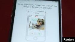 ARCHIVO - La aplicación de citas Tinder en un teléfono iPhone de Apple.