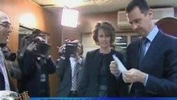 بشار اسد، رئیس جمهوری سوریه و همسرش اسما اسد روز یکشنبه رأی خود را در همه پرسی قانون اساسی، به صندوق انداختند.