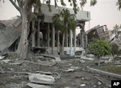 Des immeubles détruits par les raids de l'OTAN à Tripoli