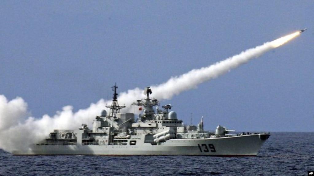 Một tàu chiến Trung Quốc bắn tên lửa trong một cuộc tập trân bắn đạn thật ở Biển Đông năm 2016 (ảnh tư liệu)