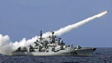 中国战舰在南中国海的军事演习中实弹射击(资料照片)