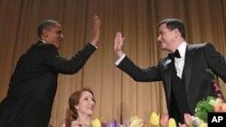 Presiden Barack Obama dan komedian Jimmy Kimmel saling menyapa, disaksikan Caren Bohan, wartawan Reuters dan ketua asosiasi koresponden Gedung Putih (tengah) dalam jamuan makan malam tahunan untuk koresponden gedung putih di Washington DC (28/4).