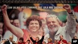 Lula qui avait aidé à l'élection de Dilma Rousseff (ici en campagne le 20 février 2010) revient pour tenter d'éviter sa destitution.