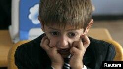 Učenik prvog razreda, na svojem prvom satu engleskog jezika, u jednoj školi u Tbilisiju, 15. 9. 2010. (Reuters)