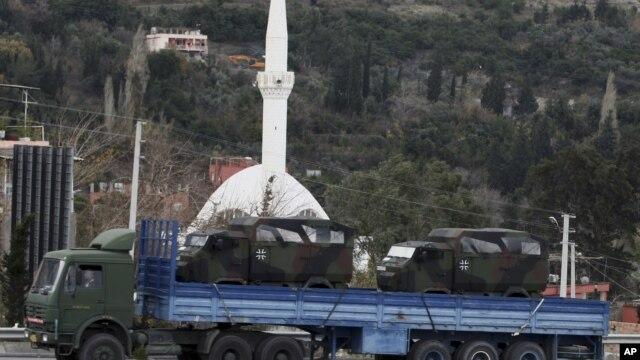 Sebuah truk militer Jerman mengangkut salah satu rudal Patriot yang akan dipasang di perbatasan Turki-Suriah (26/1).