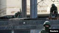 Tentara bersenjata berjaga di sekitar gedung parlemen di Simferopol, Krimea, Ukraina (1/3).