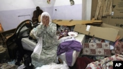 Seorang perempuan Palestina menangis di rumahnya setelah tentara Israel menggeledah rumahnya untuk mencari remaja Israel yang diculik.