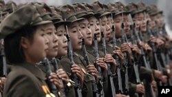 조선노동당 창건 65주년 기념 군사 퍼레이드에서 북한 여군들이 행진을 벌이고 있다.(자료사진)
