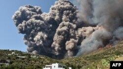 Letusan gunung berapi Stromboli di Pulau Stromboli, utara Sisilia, Italia (foto: dok).