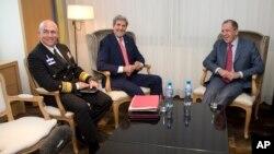 미 남부사령관인 커트 티드(왼쪽) 해군 중장이 지난 2013년 스위스 제네바에서 진행된 이란 핵협상에서 존 케리 (가운데) 국무장관, 세르게이 라브로프 러시아 외무장관과 대회하고 있다. (자료사진)
