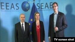 Premijeri Kosova i Srbije Mustafa i Vučić i visoka predstavnica EU za spoljnu politiku i bezbednost Mogerini, Brisel 23. jun 2015.