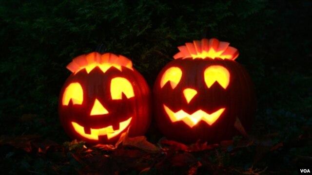 Tenebrosas calabazas toman vida en la Noche de Brujas.