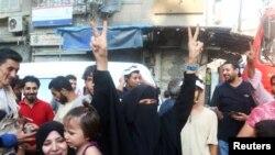 Mutane suna murnar kawar da kawanyar da dakarun Siriya suka yiwa birnin Alepo