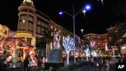 خیابان رودیو در منطقه بورلی هیلز لوس آنجلس یکی از محبوب ترین مراکز خرید هدیه های لوکس کریسمس.