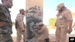 ພວກນັກລົບຕໍ່ຕ້ານກາດດາຟີ ທຳລາຍປະຕູທາງເຂົ້າເມືອງ Sirte ຊຶ່ງໝາຍຄວາມວ່າເປັນການຕັດຂາດເມືອງ Sirte ຫົວເມືອງໃກ້ຄຽງ ທັງຫຼາຍ (6 ຕຸລາ 2011)