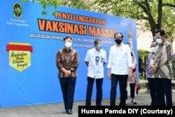 Menteri Kesehatan, Presiden Jokowi dan Gubernur DIY Sri Sultan Hamengkubuwono X. (Foto: Courtesy/Humas Pemda DIY)