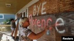 미국 노스캐롤라이나주 오크아일랜드 주민들이 지난 12일 허리케인 '플로렌스' 상륙에 대비하고 있다.