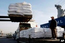 2009年1月8日韩国仁川: 援助大米被装船运往朝鲜的南浦