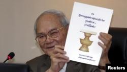 Dự thảo hiến pháp được công bố vào ngày 29 tháng 1 bởi Ủy ban Soạn thảo Hiến pháp do ông Meechal Ruchupan, chuyên gia luật hiến pháp 77 tuổi đứng đầu.