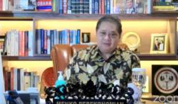 Menko Perekonomian Airlangga Hartarto dalam telekonferensi pers di Jakarta, Sabtu (20/2) mengumumkan PPKM Mikro diperpanjang hingga 8 Maret 2021. (Foto: VOA/Ghita Intan)