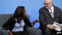 La présidente de la fédération sierra-léonaise de football, Isha Johansen, en compagnie du président du Comité international paralympique, Philip Craven, lors du sommet anti-corruption organisé à Londres en 2016, à Londres, le 12 mai 2016.