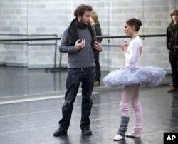 Director Darren Aronofsky and Natalie Portman on the set of BLACK SWAN.