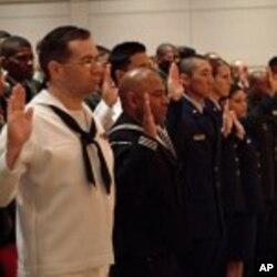 Prestations du serment de citoyenneté par des immigrés servant dans l'US Navy, la marive de guerre américaine