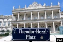 Palais Coburg, Vienna, 12 Juli 2015. (Brian Allen/VOA)