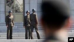남북 정상회담을 앞둔 지난 18일 판문점 북측 북한 군인들이 서로 대화하고 있다.