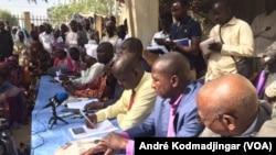 Les responsables de la plate-forme syndicale revendicative face à leurs militants à la bourse de travail de N'Djamena, le 24 février 2018. (VOA/ André Kodmadjingar)