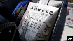 Mesin tiket Powerball mencetak sebuah tiket lotere Powerball di sebuah toko serba ada di Chicago, Illinois.