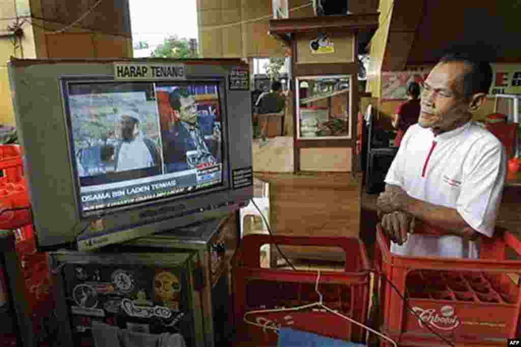 A man watches a television news reporting the death of Osama bin Laden in Jakarta, Indonesia, May 2, 2011 (AP)