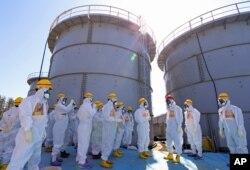아베 신조 일본 총리(오른쪽)가 지난 2013년 9월 후쿠시마 제1원전을 방문했다.