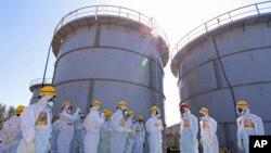 Japanski radnici kraj rezervoara za zagađenu vodu u nuklearnoj elektrani Fukušima
