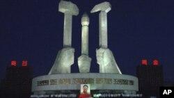 ကြယ္လြန္သူ ေခါင္းေဆာင္ ကင္မ္ဂ်ံဳအီလ္ကို အ႐ုိအေသေပးဖို႔ Pyongyang ၿမိဳ႕က အလုပ္သမားပါတီ ထူေထာင္ျခင္း အထိန္းအမွတ္ ေက်ာက္တုိင္ေရွ႕မွာ လာေရာက္စုေ၀းေနၾကတဲ့ ေျမာက္ကိုရီးယား ျပည္သူမ်ား။ (ဒီဇင္ဘာလ ၂၃၊ ၂၀၁၁)
