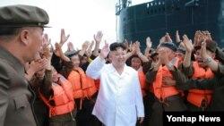 김정은 북한 노동당 위원장이 지난 24일, 잠수함탄도 미사일 시험 발사 성공후 기뻐하고 있는 모습을 조선중앙통신이 보도했다.(자료사진)