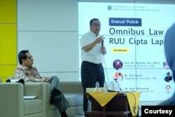 Arief Budimanta dan Reza Yamora Siregar (duduk). (Foto: Humas UGM)