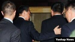 25일 라오스 비엔티안에서 열린 북-중 양자회담 시작 전 중국 왕이 외교부장(왼쪽)이 북한 리용호 외무상을 맞이하러 문 밖으로 나와 악수를 한 뒤 회의장으로 입장하고 있다.