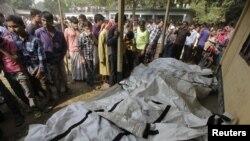 星期天拍攝的圖片顯示擺放在達卡郊區的薩瓦一所學校裡的多具屍體。死者是在當地一家服裝廠發生火災後喪生的。