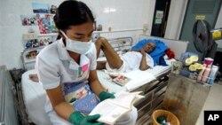 Perawat dan pasien di klinik AIDS di Lopburi, Thailand. (Foto: Dok)