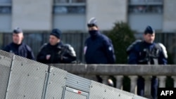 Des policiers à une barrière anti-émeute à l'ancien aéroport de Notre-Dame-des-Landes, à Nantes, le 19 mars 2018.