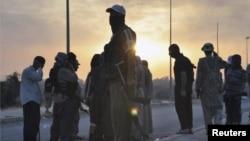 Wasu 'yan kungiyar ISIS suna shirin fillin kawunan wasu mutane da suke garkuwa da su