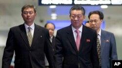 중국 베이징에서 이틀간의 북-일 회담을 마친 북한 수석대표 송일호 북일국교정상화교섭 담당대사(오른쪽)가 지난 1일 베이징 공항을 떠나고 있다. (자료사진)