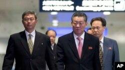 지난 1일 중국 베이징에서 이틀간의 북-일 회담을 마친 북한 수석대표 송일호 북일국교정상화교섭 담당대사(오른쪽)가 베이징 공항을 떠나고 있다. (자료사진)