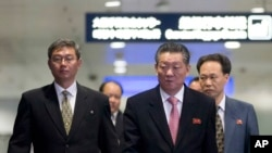 중국 베이징에서 이틀간의 북-일 회담을 마친 북한 수석대표 송일호 북일국교정상화교섭 담당대사(오른쪽)가 1일 베이징 공항을 떠나고 있다.