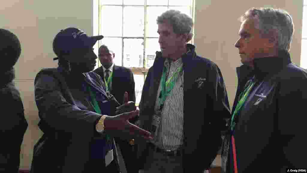 Tsohon sakataran harkokin wajen Amurka John Kerry tare da firaminstan kasar Senegal Amina Toure daga cibiyar masu sa ido a zabe ta gidauniyar Carter sun yi tattaki zuwa makarantar Westands dake Nairobi.