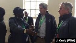 ອະດີດລັດຖະມົນຕີການຕ່າງປະເທດສະຫະລັດ ທ່ານ John Kerry ແລະອະດີດນາຍົກລັດຖະມົນຕີ Senegal ທ່ານນາງ Aminata Touré, ຜູ້ນຳຮ່ວມຂອງສູນການເລືອກຕັ້ງ Carter ໃນເຄັນຢາ, ທີ່ໂຮງຮຽນປະຖົມສຶກສາ Westlands ໃນນະຄອນ Nairobi.
